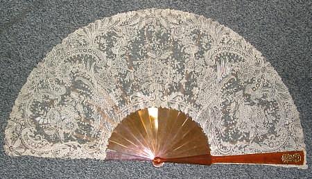 ÉVENTAIL DENTELLE A L'AIGUILLE MONTURE ÉCAILLE BLONDE MAISON ALEXANDRE, vers 1890